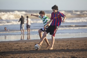 two-boys-playing-soccer-at-the-beach-in-argentina-000016275212_xxxlarge-e1439521349607